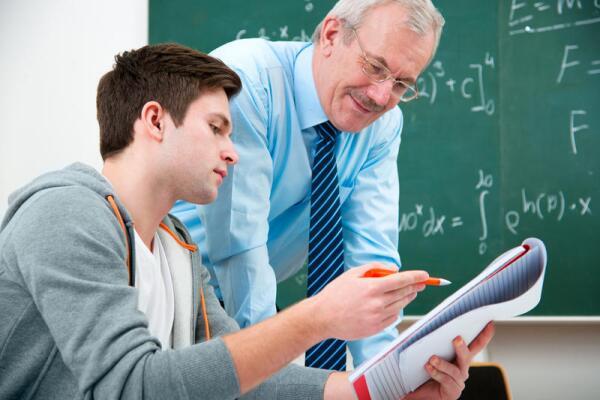 На курсах преподаватель дает готовую программу, а вы просто выполняете задания