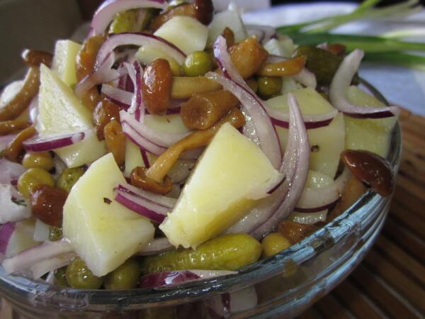 Салат картофельный с маринованными грибами