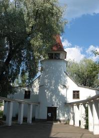 Открытая бетонная колоннада ведет от церкви к зданию бывшего Управления православной церкви Финляндии