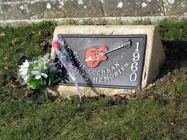Мемориальная доска памяти Эдди Кокрана у того самого столба, в который врезалось такси.