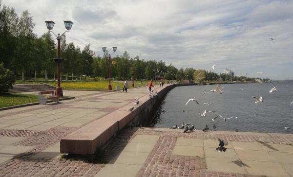 Петрозаводск. Набережная Онежского озера. Вид на гостиницу «Онего Палас»