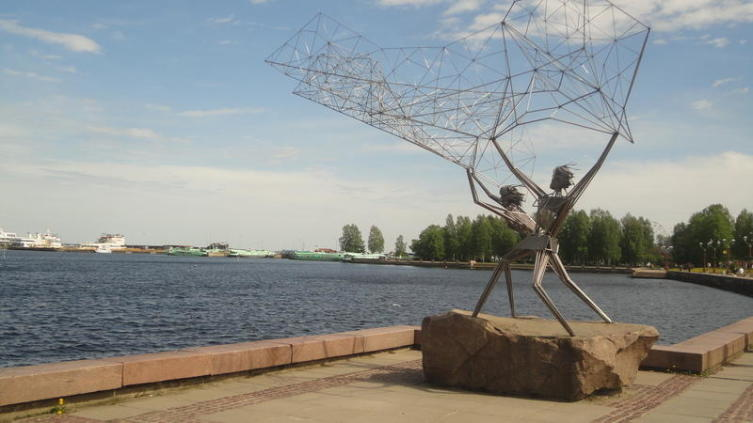 «Рыбаки»— подарок американского города Дулута (штат Миннесота).