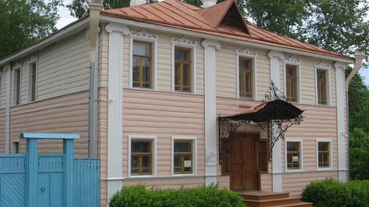Череповец. Здание на углу улиц Социалистической и К. Либкнехта