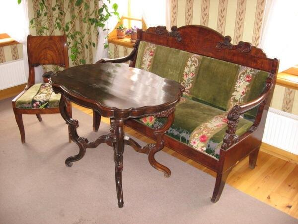 Стул и диван, на которых можно увидеть вышивку, выполненную матушкой художника