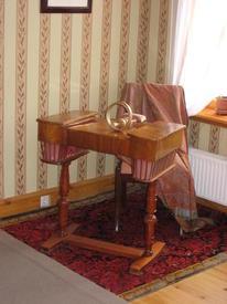 Каминная комната. Столик для рукоделия