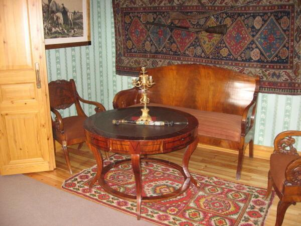 Зеленая комната. Круглый карточный столик, трубка с длинным чубуком, ружья