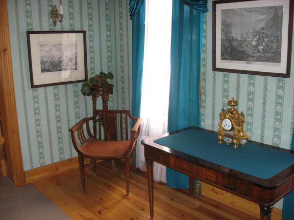 Зеленая комната. Игральный столик, гравюры с батальными сценами