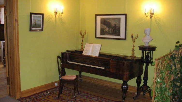 Матушка художника хорошо играла на фортепиано