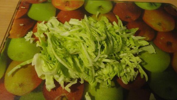 Тонко шинкуем пару капустных листьев