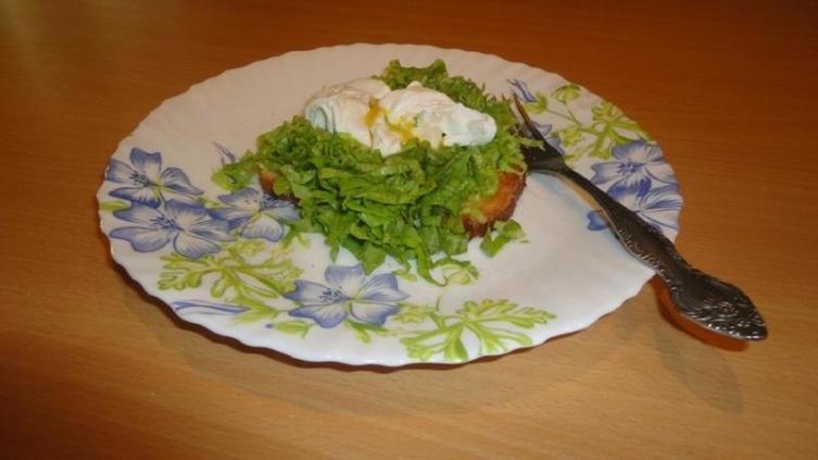 Здесь в качестве гарнира - шинкованные листья салата. Хлеб - целым кусочком