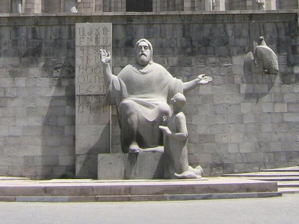 Ереван, памятник перед зданием Матенадарана: Месроп Маштоц и Корюн, слева от Маштоца армянский алфавит