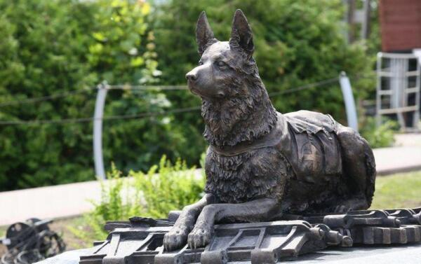 Вот такой бронзовый мемориал был открыт в Москве на Поклонной Горе