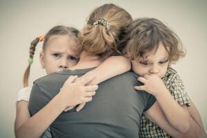 Будьте рядом, но «отпустите» малыша, пусть он самостоятельно (по крайней мере, он должен быть в этом уверен) попробует справиться со страхом.