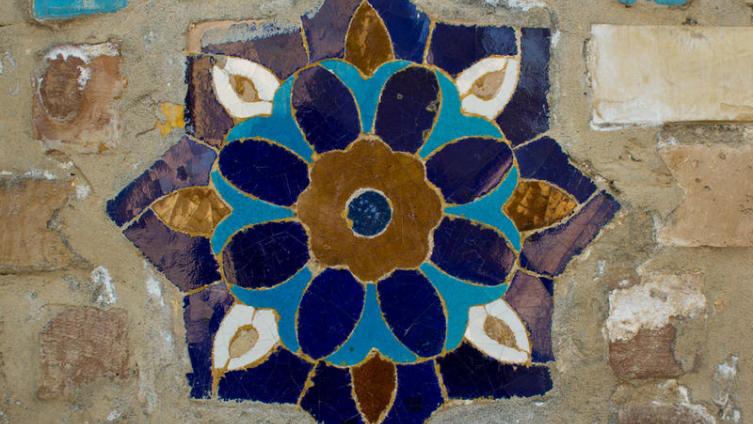 Майолика - цветная плитка в стене мечети в Самарканде