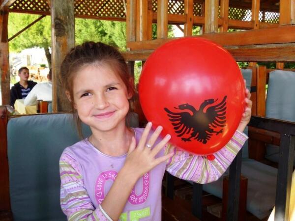 Герб Албании на шарике, подаренном Саше