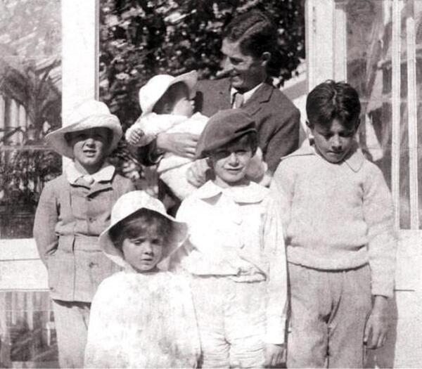 Мальчики Дэвис вместе с отцом. Слева направо Джек, Майкл, Питер и Джордж. На руках у отца Николас. 1905 год.