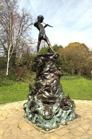 Памятник питеру Пэну в Кенсингтонском парке.