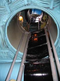Вертикальный трап из Центрального поста в боевую рубку (наверху)