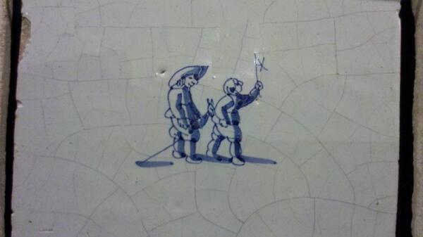 Плитка дельфтского фарфора: вертушка и лошадка (фото автора с тель-авивской выставки 2014 года «Дельфтский фарфор»)