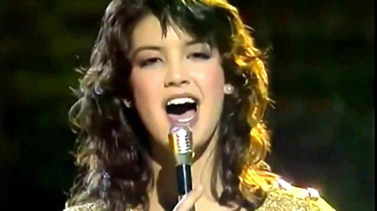 Фиби поёт «Paradise»
