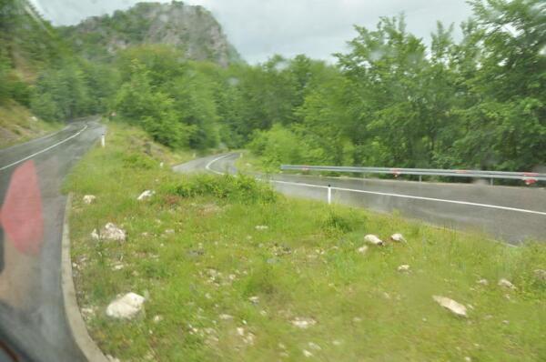 Дороги в Черногории, по преимуществу, двухполосные, однорядные и... Узкие-преузкие!