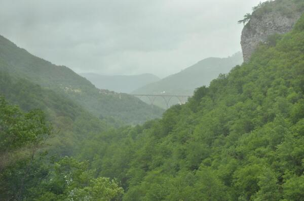 Каньон реки Тара. Вдали - мост Джурджевича