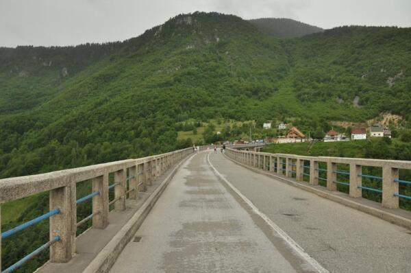 Плавной дугой перекинулся мост через каньон реки Тара