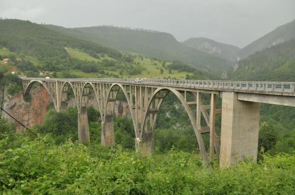 Где-то там, далеко внизу, под мостом - река Тара