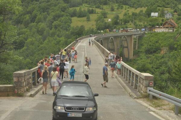 И сегодня - идут по мосту люди, едут автомобили