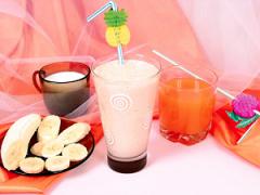 Коктель из сока и фруктов.  1 стакан фруктового сока.  Ингридиенты.