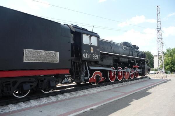 Она же - на тендере паровоза со стороны ж/д вокзала