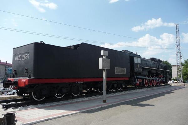 Памятник паровозу серии ФД (вид со стороны ж/д вокзала)