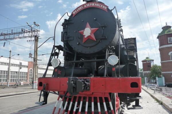 ФД - Феликс Дзержинский (ж/д вокзал на заднем плане, справа)