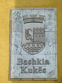 Герб Кукеса на стене местной мэрии