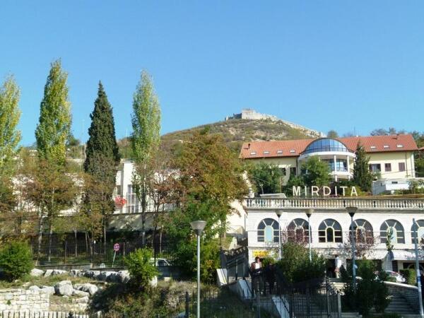 За отелем Мирдита видна гора с остатками замка-крепости