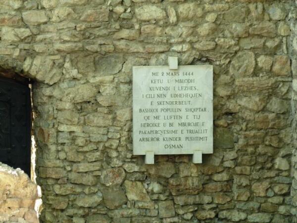Мемореальная доска в честь основания Скандербегом