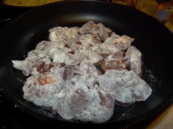 Укладываем печень на сковороду