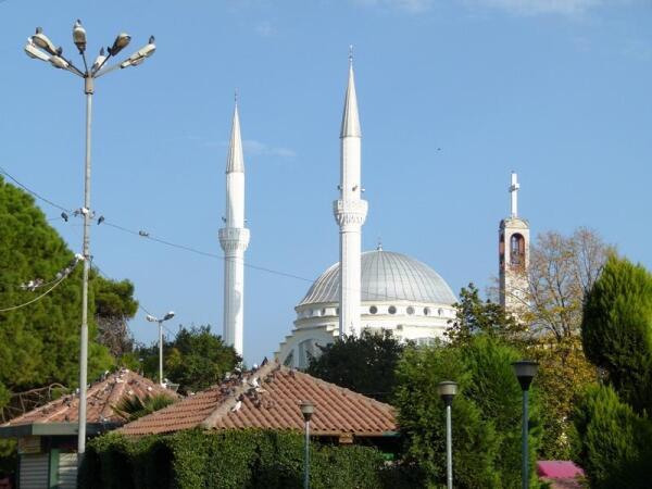 С этой точки колокольня с крестом на ней выглядит почти как третий минарет у мечети