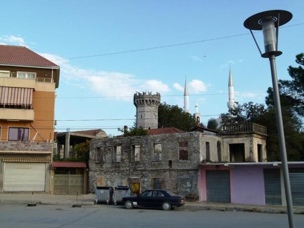 Маленький древний замок на площади Демократии