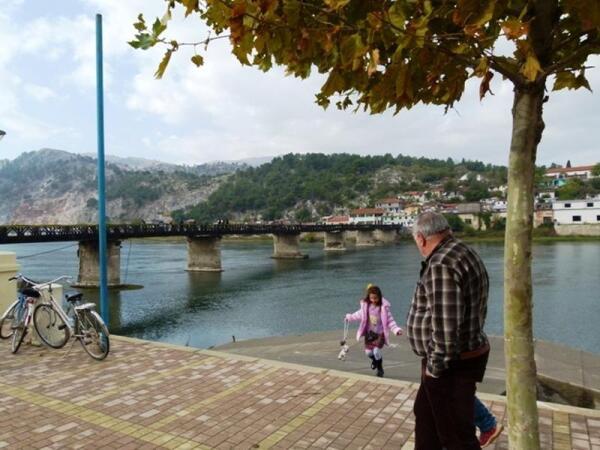 Мост через Дрин связывает две части города