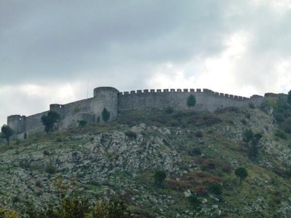За этими внушительными стенами расположена крепость Розафы