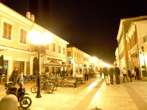 Пешеходная улица в вечерних огнях