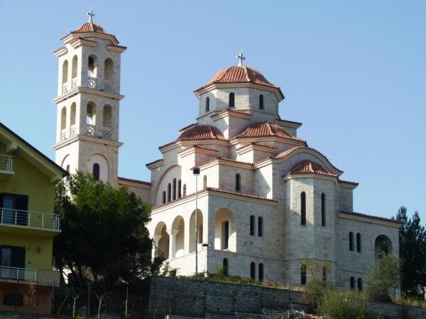 На высоком берегу Дрина стоит новенький кафедральный собор