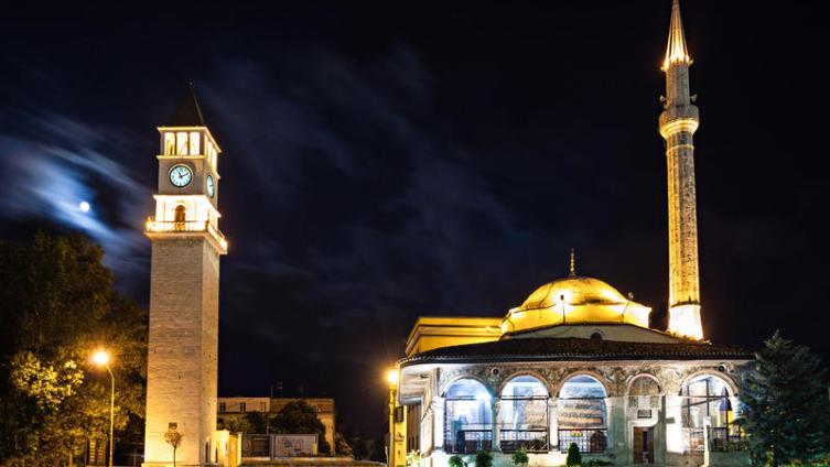 Вид на мечеть в Тиране