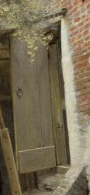 Питер де Хох, Дворик дома в Дельфте, фрагмент «Вход в пристройку»