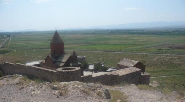 Монастырь Хор Вирап: вид сверху, справа в углу базилика св. Григория