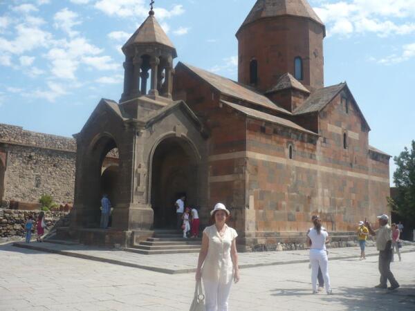 Церковь св. Богоматери (Аствацацин) со звонницей (XVII век)