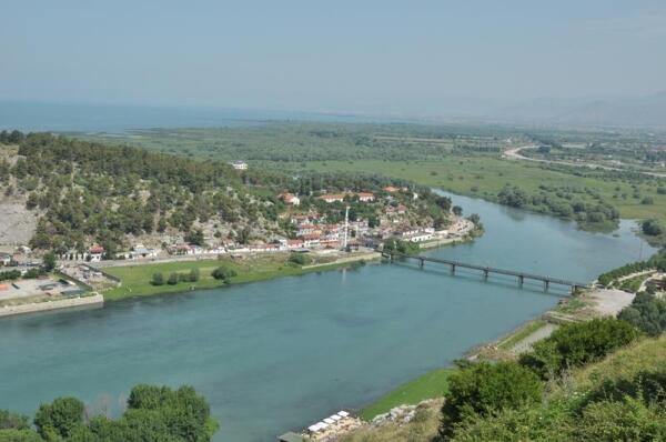 Скадарское озеро (на дальнем плане). За ним - Черногория
