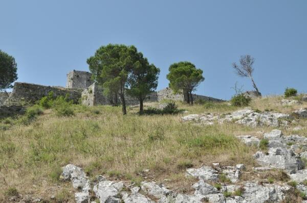На возвышающихся над городом холмах Валдонуза стоит крепость Розафа