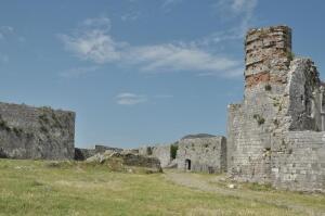 Какая легенда связана с албанской крепостью Розафа?